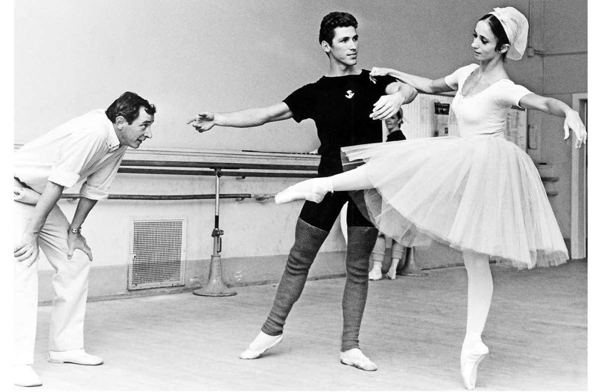 Wunder geschehen: Unter den kritischen Augen von John Cranko proben Richard Cragun und Marcia Haydee im September 1967 in Stuttgart. Foto: dpa/Fritz Fischer