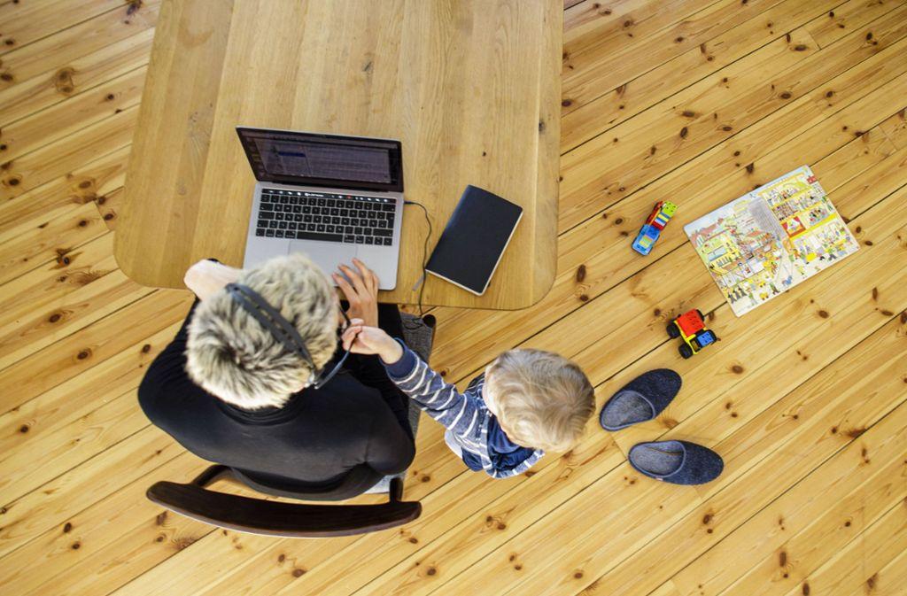 Mütter müssen seit zwei Monaten zugleich arbeiten und ihre Kinder betreuen. Foto: imago images//Thomas Trutschel