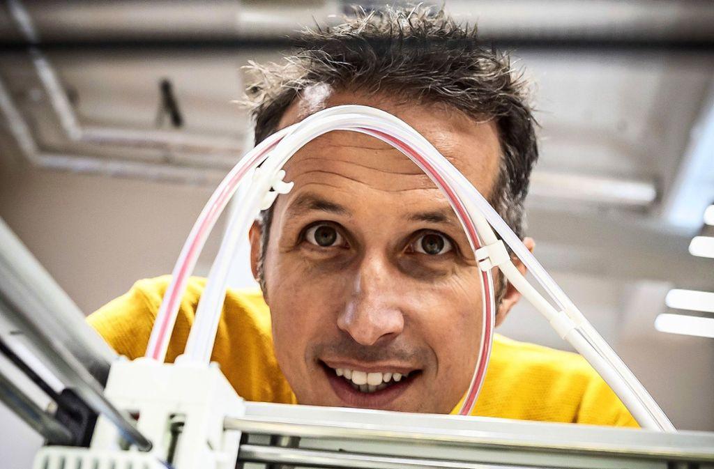 Will Weitzel schaut gespannt in den  3-D-Drucker. Foto: Lichtgut/Julian Rettig