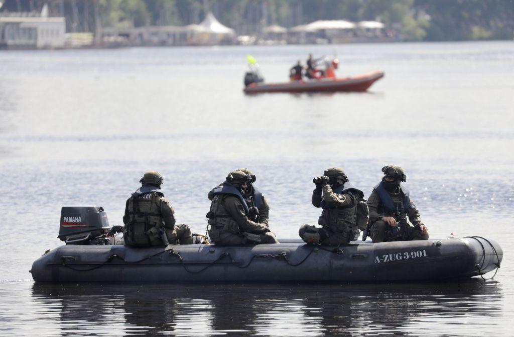 Polizeibeamte patroullieren in Hamburg auf der Außenalster. Der G20-Gipfel der Staats-und Regierungschefs findet am 7. und 8. Juli 2017 in der Hansestadt statt. Foto: dpa