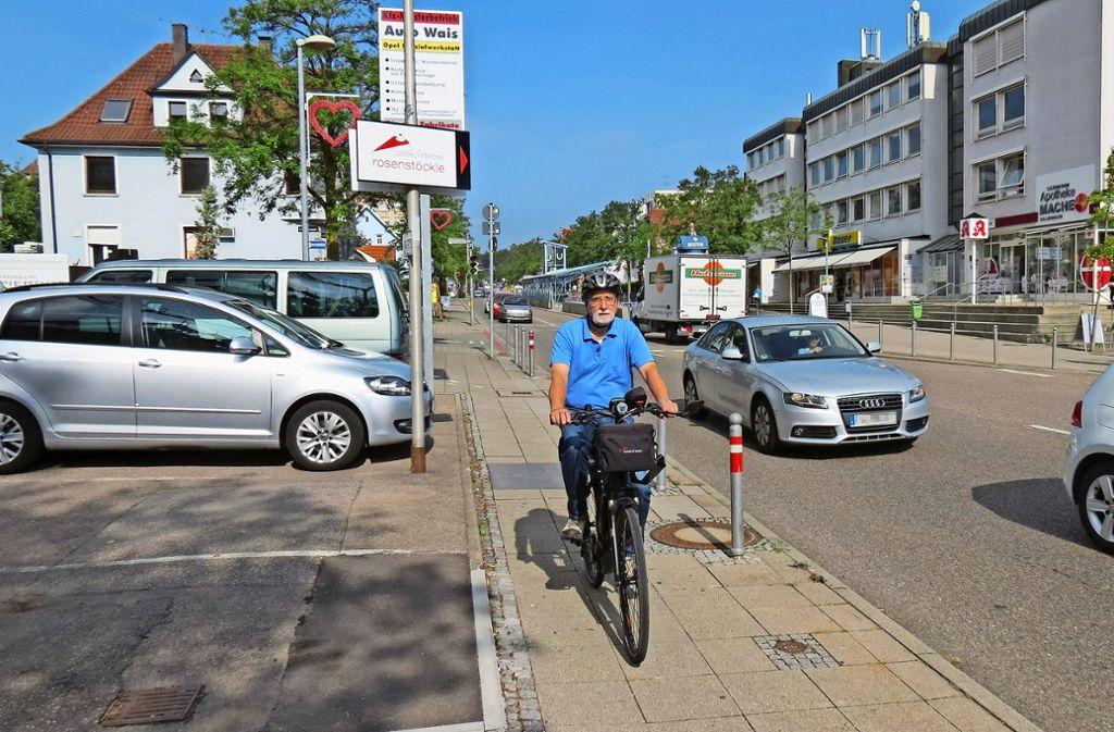 Auch wenn Udo Dreesmann als Radfahrer auf  dem Gehweg fahren darf, haben Fußgänger Vorrang – so wie hier an der Kirchheimer Straße in Stuttgart-Sillenbuch. Foto: Julia Bosch