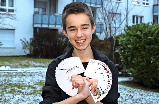 Junger Magier zaubert sich zum  Erfolg