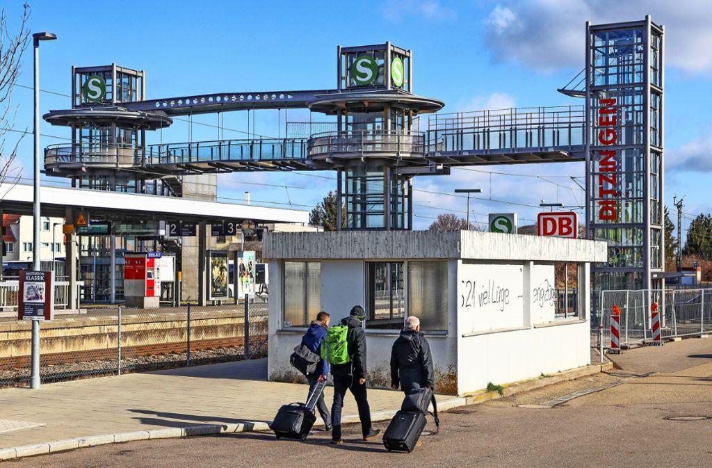Wer aus dem Gewerbegebiet zum Zug will, muss die Treppen nehmen  – oder einen Umweg von mehreren Hundert Metern in Kauf nehmen. Foto: factum/Simon Granville