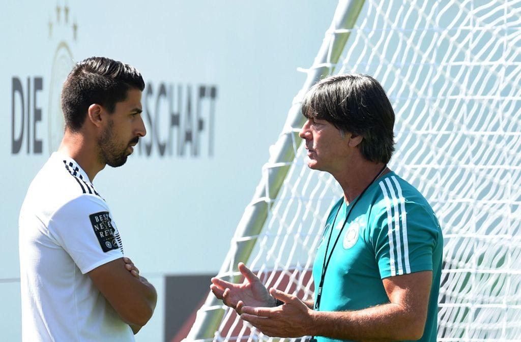 Bundestrainer Joachim Löw war einst Coach in Stuttgart und schätzt den Austausch mit Sami Khedira, dem früheren VfB-Profi. Foto: AFP