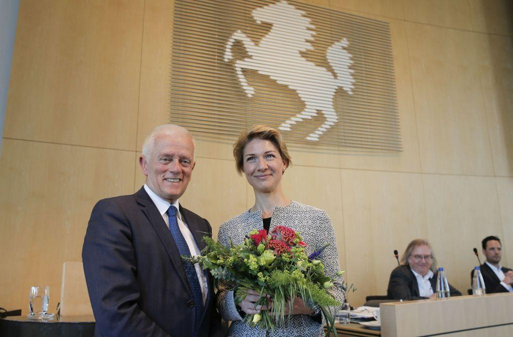 Alexandra Sußmann wird von OB Fritz Kuhn beglückwünscht. Foto: Leif Piechowski