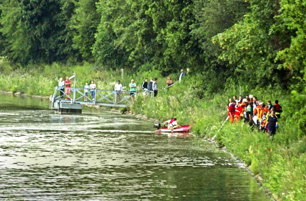 Mit Booten und Tauchern suchen Helfer nach dem 17-Jährigen. Foto: 7aktuell.de/Adomat