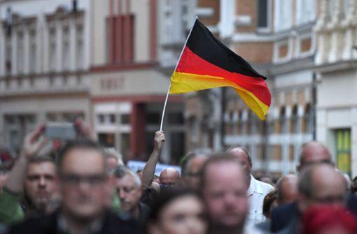 Demonstranten zeigen Hitler-Gruß