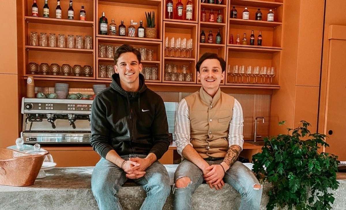 Gute Stimmung im Café Kaleya: Die Inhaber Kai-Lukas und Yannick (v. links) freuen sich auf die Zeit nach Corona. Foto: Kaleya