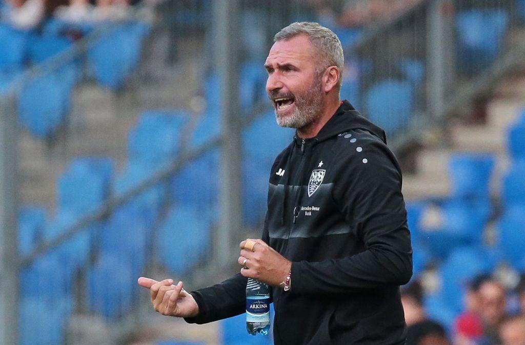 Tim Walter, der Trainer des VfB Stuttgart, hat noch einmal genau hinschaut. Foto: Baumann