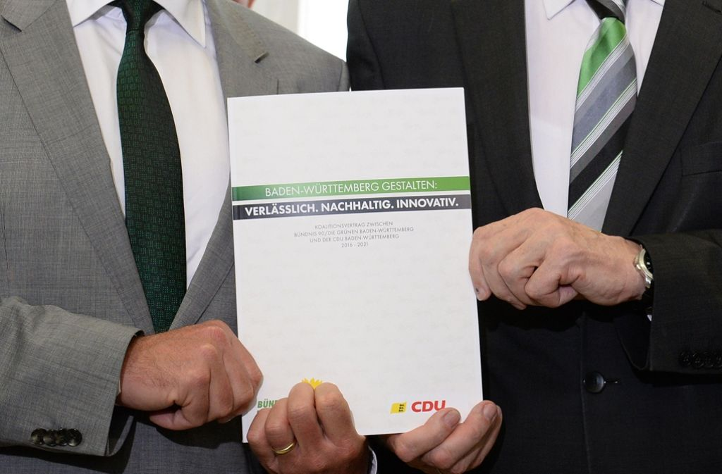So sieht der Koalitionsvertrag von außen aus. Auch was drinsteht, haben die Grünen für gut befunden. Foto: dpa