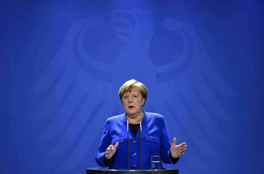 Vorsicht statt Schnellschuss: Angela Merkel zeigt sich angesichts der Corona-Krise bei ihrem ersten öffentlichen Auftritt nach zweiwöchiger Quarantäne besonnen. Foto: AP/John MacDougall
