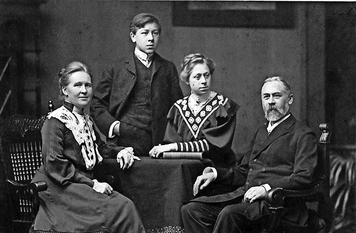 Nach einer Odyssee durch psychiatrische Einrichtungen in Grafeneck von den Nazis ermordet: Luise Mehmke (Dritte von links) im Kreis ihrer Familie Foto: privat/privat