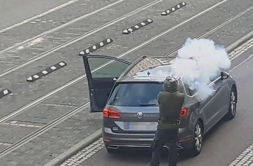 Der mutmaßliche Täter in Halle gibt Schüsse ab. Foto: AFP/ANDREAS SPLETT