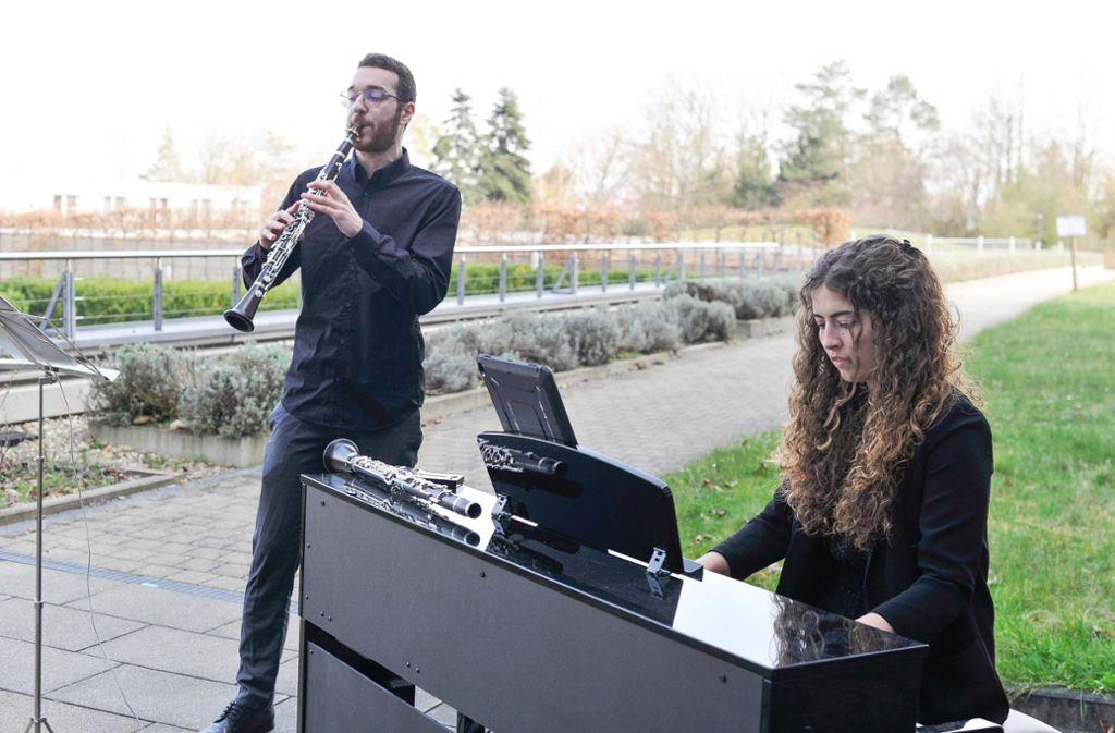 Das duo vivido – Anna Springer und Adam Ambarzumjan – beim Freiluftkonzert am Robert-Bosch-Krankenhaus. Foto: Lichtgut/Max Kovalenko