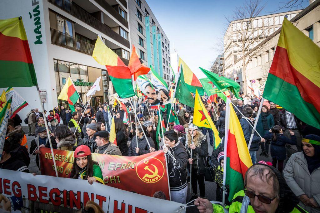 Dieses Bild stammt bereits aus dem Jahr 2018. Auch damals hatten Kurden in Stuttgart demonstriert – aus Solidarität mit den kurdischen Kämpfern und der Zivilbevölkerung im syrischen Afrin, das von der türkischen Armee und deren Verbündeten angegriffen worden war. Foto: Lichtgut/Julian Rettig