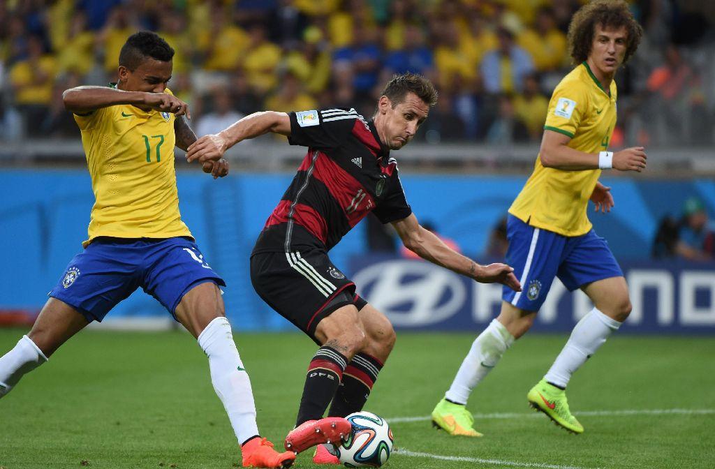 Miroslave Klose ist oben auf: nach seinem 16. WM-Tor beim 7:1-Sieg gegen Brasilien hält er den Rekord. Foto: AFP