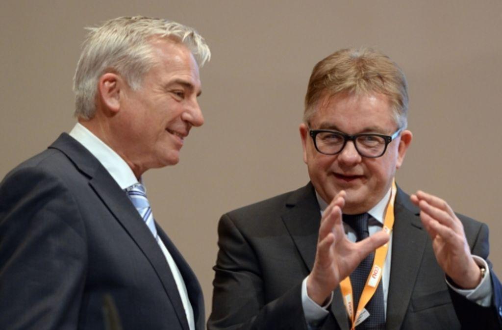 Thomas Strobl (l), der Landesvorsitzende der CDU Baden-Württemberg spricht am 24.01.2015 in Ulm (Baden-Württemberg) beim Landesparteitag mit dem Spitzenkandidaten für die Landtagswahl 2016, Guido Wolf. Foto: dpa