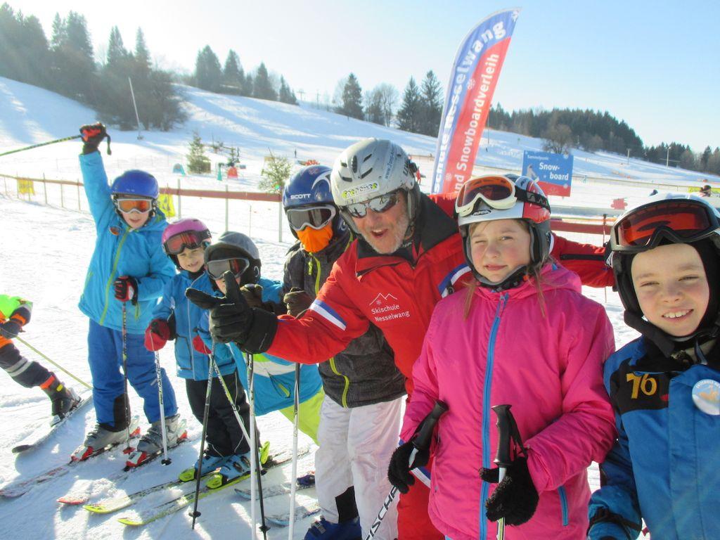 Im großen Kinderland zeigt die Skischule Nesselwang den jüngsten Gästen wie es geht. Foto: Nesselwang Marketing GmbH