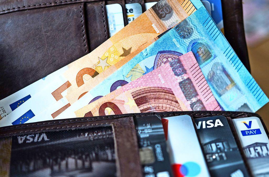 Wie ehrlich gehen Menschen mit einer gefundenen Geldbörse um? Macht es einen Unterschied, ob viel oder wenig Geld darin ist?Forscher haben bei einer Studie Überraschendes herausgefunden. Foto: dpa