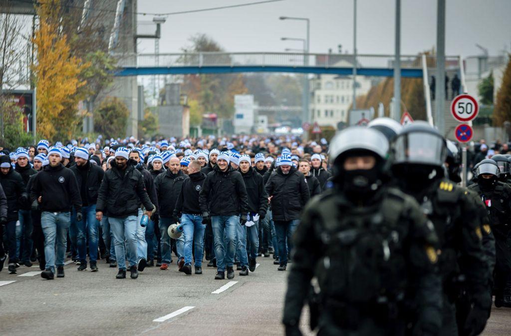 Die Polizei hält mit der Kamera fest, wie Böller fliegen. Foto: Lichtgut/Julian Rettig