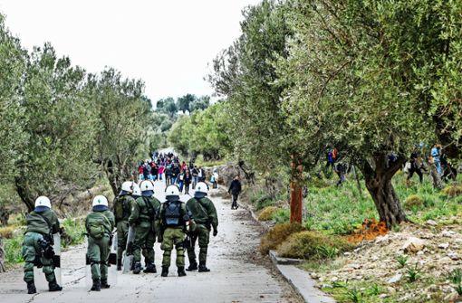 Hunderte Flüchtlinge protestieren gegen überfüllte Lager