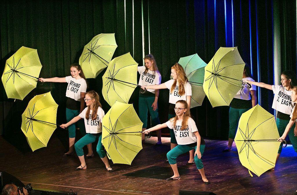 Die Sweet Angels aus Göppingen setzen auf Regenschirme und Caprihosen. Foto: Horst Rudel