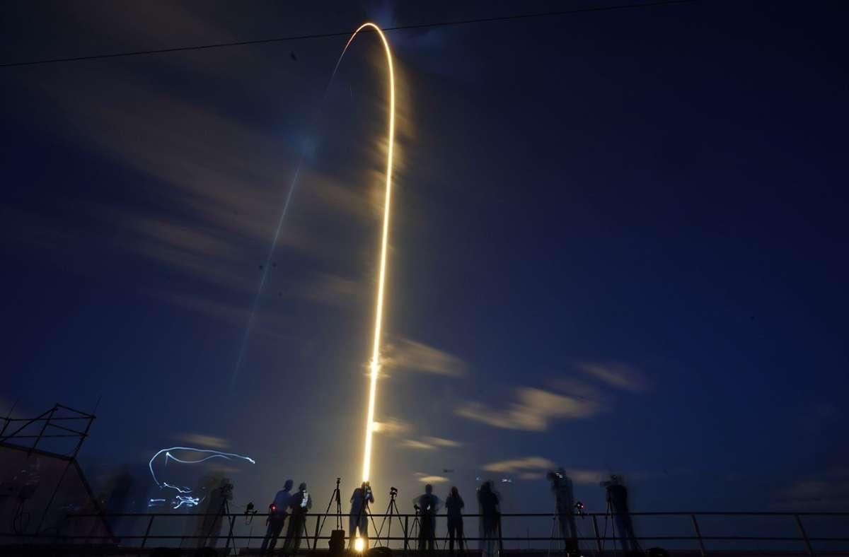 """Die Mission """"Inspiration 4"""" hob an einer Trägerrakete des Typs Falcon um 20:03 Uhr (Ortszeit) vom Weltraumbahnhof Cape Canaveral  ab, wie der SpaceX-Webcast. Foto: dpa/John Raoux"""
