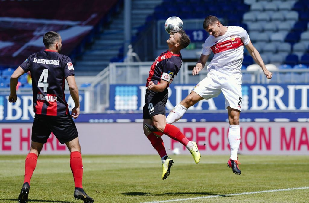 Auch VfB-Stürmer Mario Gomez (rechts) setzt in Wiesbaden zu wenig Akzente. Foto: dpa/Uwe Anspach