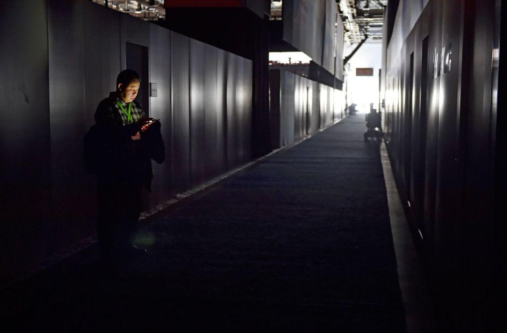 Besucher behalfen sich während des Stromausfalls mit ihrem Smartphone. Foto: Getty Images