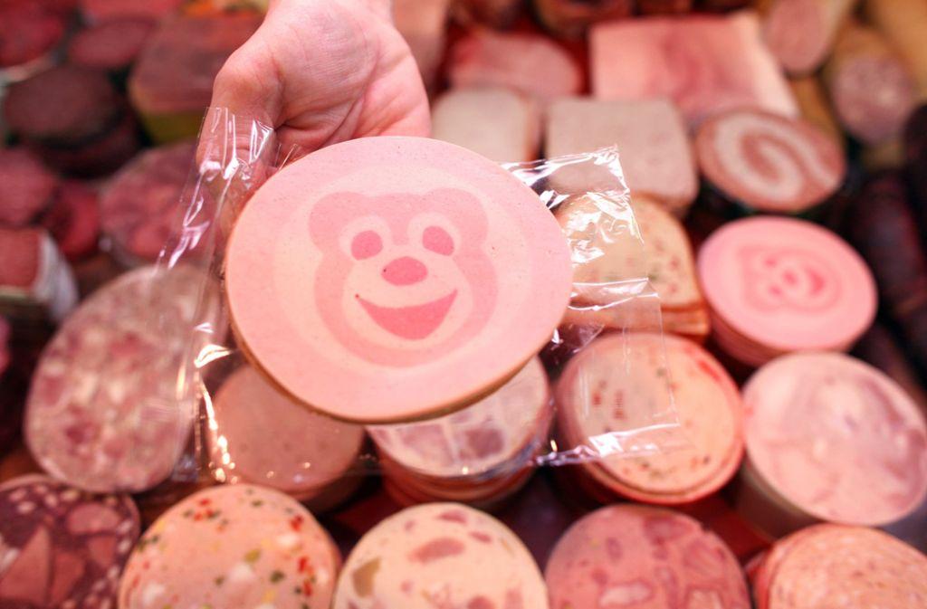 """Wegen der Gefahr von Metallstücken in einzelnen Produkten ruft der Wurstwarenhersteller Kupfer den Edeka- und Marktkauf-Artikel """"Gut & Günstig Delikatess Hähnchenbrust-Filetroulade"""" zurück. (Symbolbild) Foto: dpa-Zentralbild"""