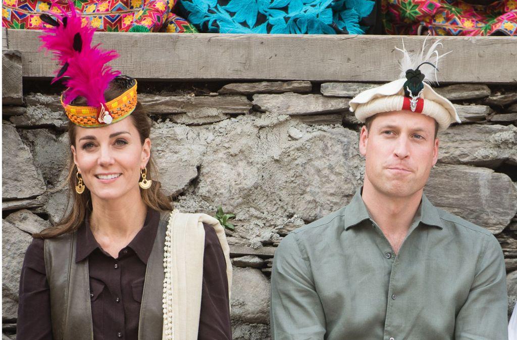 Ich hab' drei Federn auf dem Kopf, ich bin ein Royal:  Der britische Prinz William von Großbritannien und Kate, Herzogin von Cambridge, tragen auf ihrer Pakistan-Reise verschiedene landestypische Kopfbedeckungen. Foto: dpa/Samir Hussein