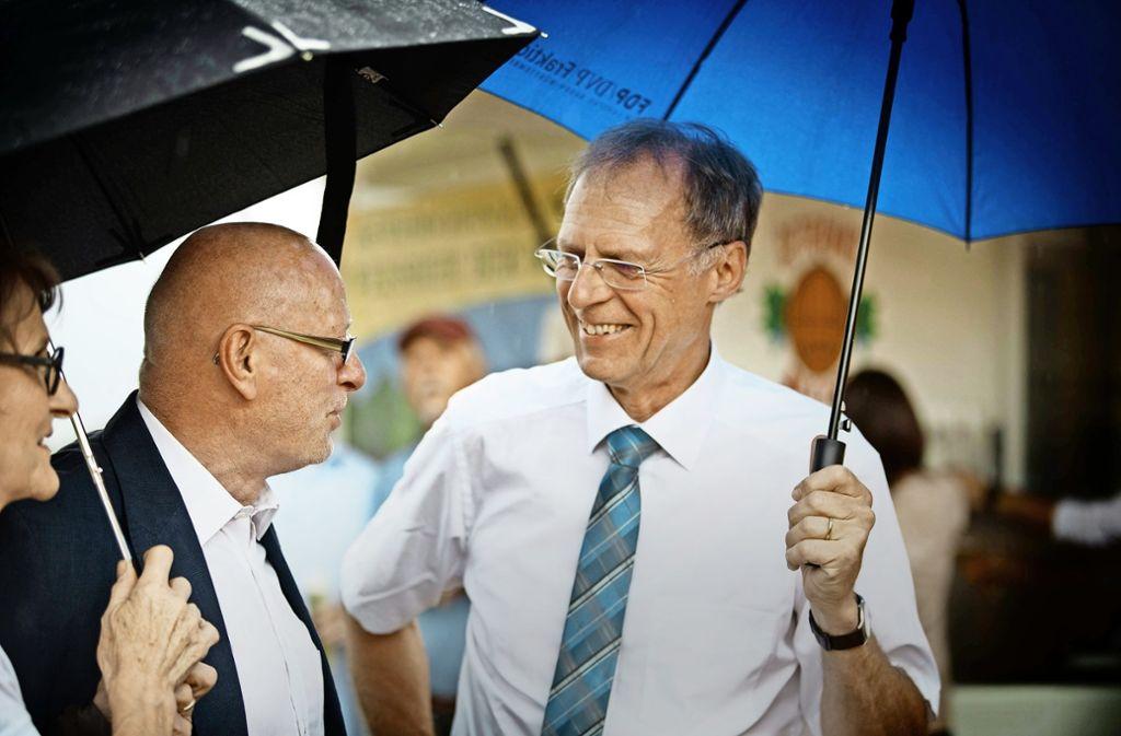 Jörg Hetzinger (rechts) freut sich über seine Festgäste – darunter auch sein Vorgänger Johannes Fuchs mit Ehefrau Evi. Foto: Gottfried Stoppel