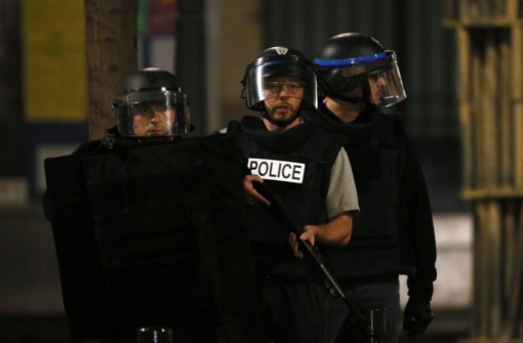 Französische Soldaten und Polizisten bei dem Anti-Terror-Einsatz im Zentrum von Saint-Denis.  Foto: EPA