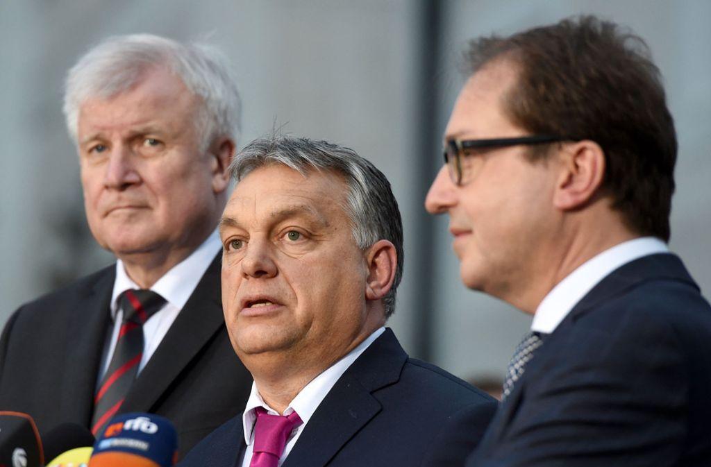 Viktor Orban, Ministerpräsident von Ungarn (m) neben CSU-Parteichef Horst Seehofer (l) und Landesgruppenchef Alexander Dobrindt. Foto: dpa