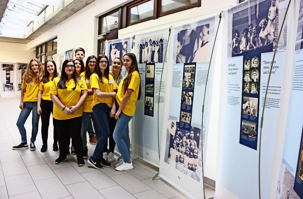 Jugendliche von vier Schulen haben sich zu Ausstellungsbegleitern ausbilden lassen. Foto: Annina Baur