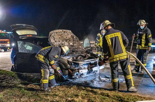 Auto geht auf der Autobahn in Flammen auf