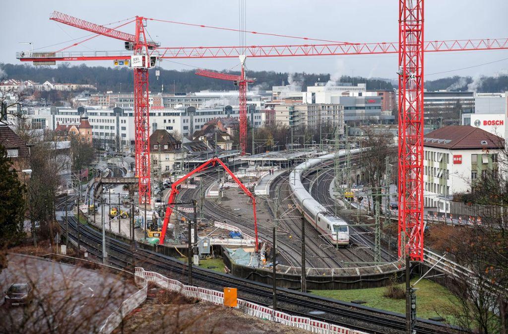 Am Bahnhof Feuerbach wird schon seit Jahren gebaut. Für Fußgänger ändert sich am 2. Juli die Streckenführung. Sie können dann nur noch das Provisorium der neuen Unterführung nutzen. (Archivfoto) Foto: Lichtgut/Leif Piechowski