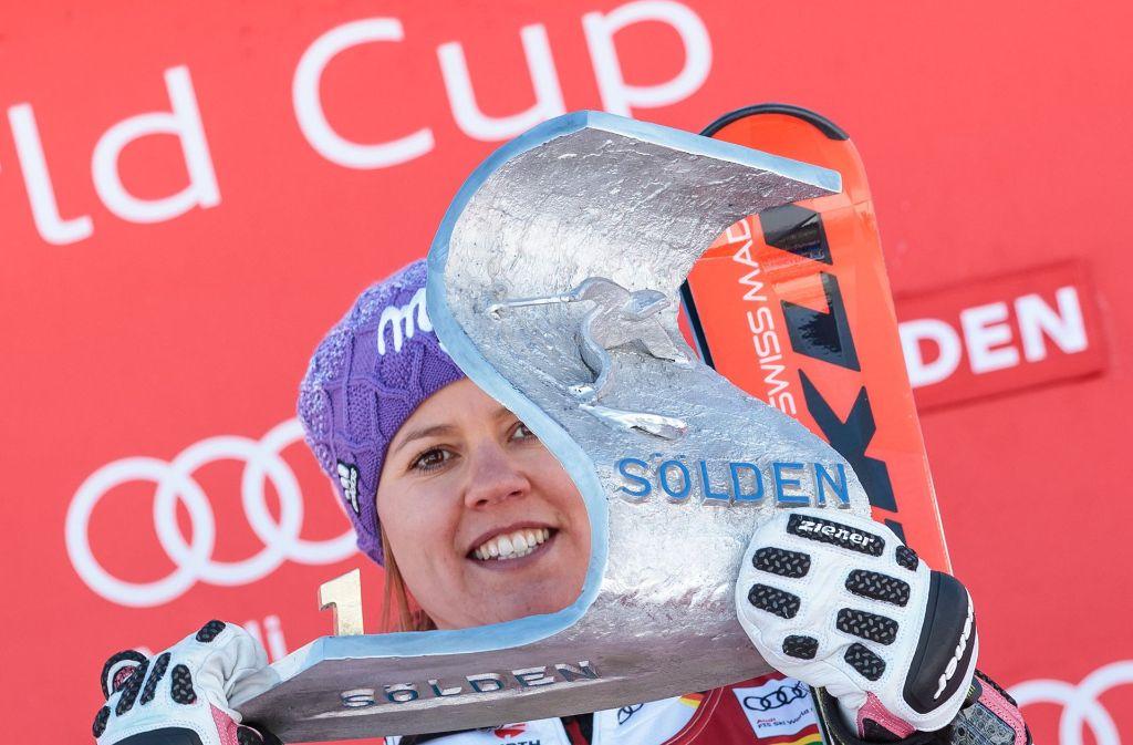 Viktoria Rebensburg zeigt stolz ihren Pokal. Foto: APA