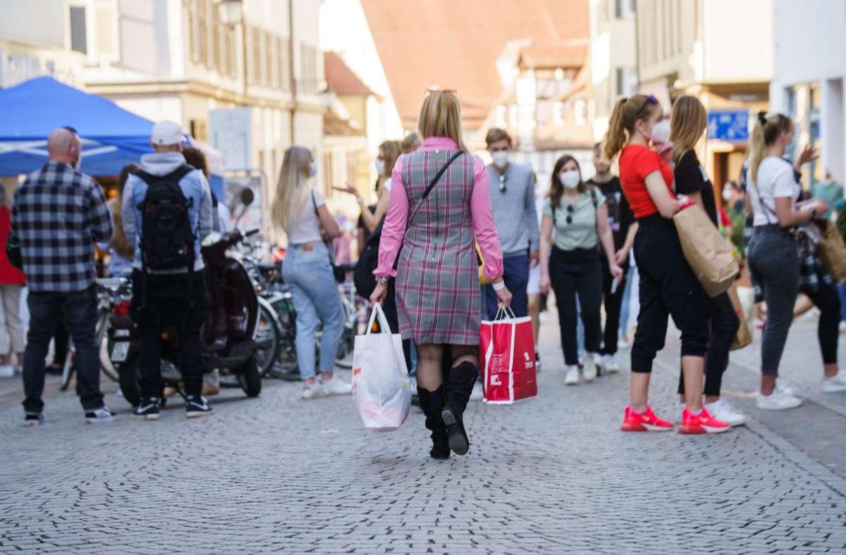 In Tübingen genügt künftig eine vollständige Corona-Schutzimpfung, um in der Stadt einkaufen gehen zu dürfen. Foto: dpa/Andreas Arnold