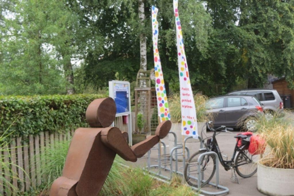 Vor der Volkshochschule stehen bereits Fahnen mit einem passenden Zitat. Foto: Häusser