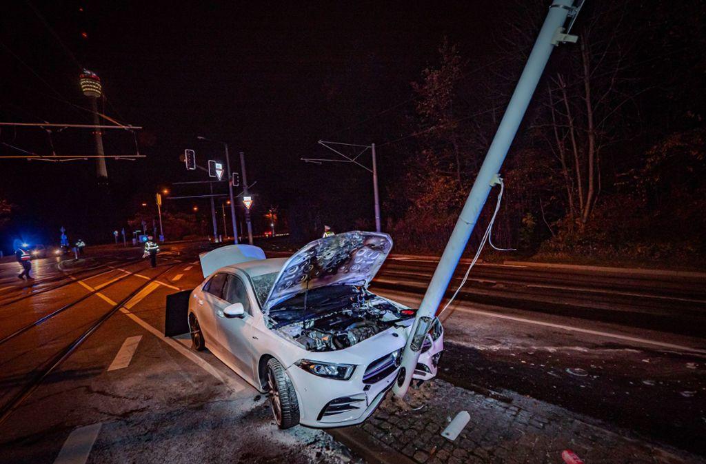 Der 32-jähriger Mercedes-Fahrer krachte in den Ampelmast in Sillenbuch. Foto: 7aktuell.de//Alexander Hald