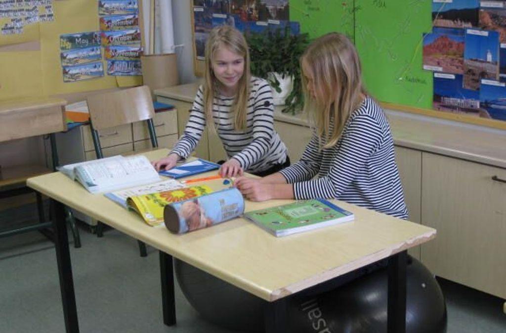 Raus aus der Komfortzone, rauf auf den Sitzball: die Kinder sind schlanker geworden. Foto: Grundschule