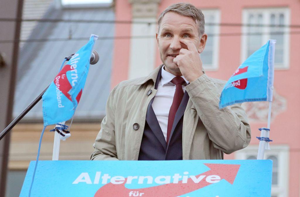 Der Thüringer Partei- und Fraktionschef der AfD, Björn Höcke, betritt das Podium. Foto: dpa