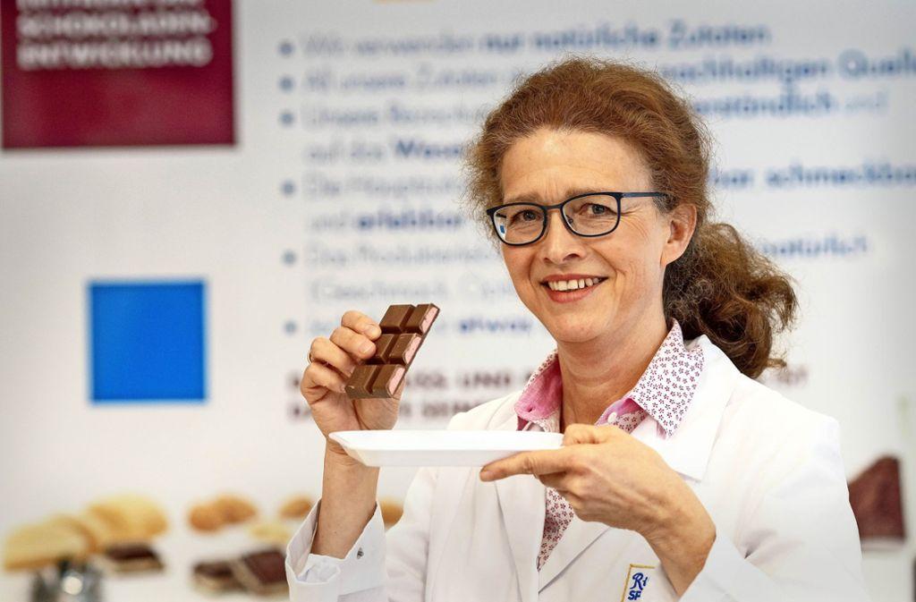 Marianne Burkhardt prüft in der Versuchsküche   die Konsistenz  der Erdbeer-Mousse. Foto: factum/Weise