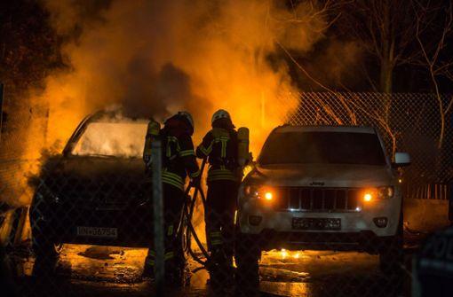 Mercedes und Jeep gehen in Flammen auf