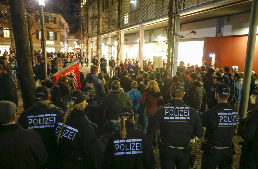 Nach der Kundgebung auf dem Kronenplatz protestierten einzelne Gruppierungen direkt vor dem Eingang des Kronenzentrums weiter – eskortiert von der Polizei. Foto: factum/Granville