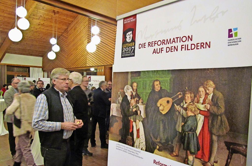 Besucher betrachten die Info-Tafeln. Initiiert wurde die Ausstellung vom evangelischen Kirchenbezirk Bernhausen. Foto: Claudia Barner