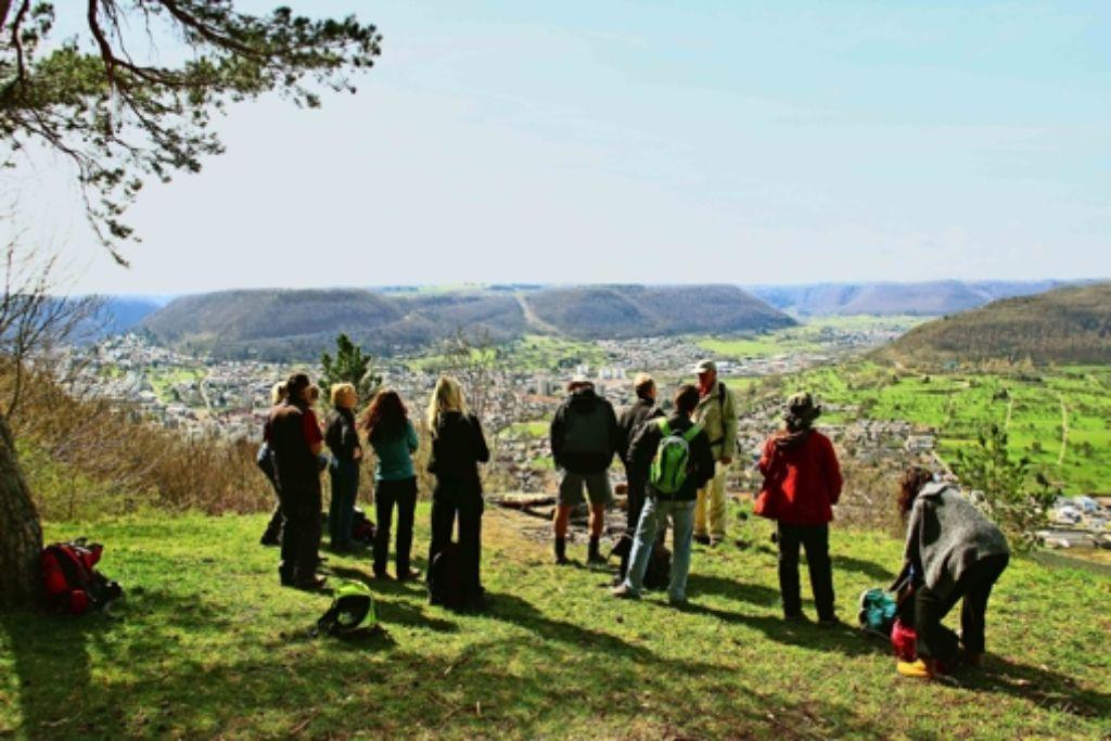 Auf dem Albtrauf steh'n und  auf den  Albtrauf seh'n: das können die Wanderer vom Kuhfelsen oberhalb von Altenstadt. Foto: ESA
