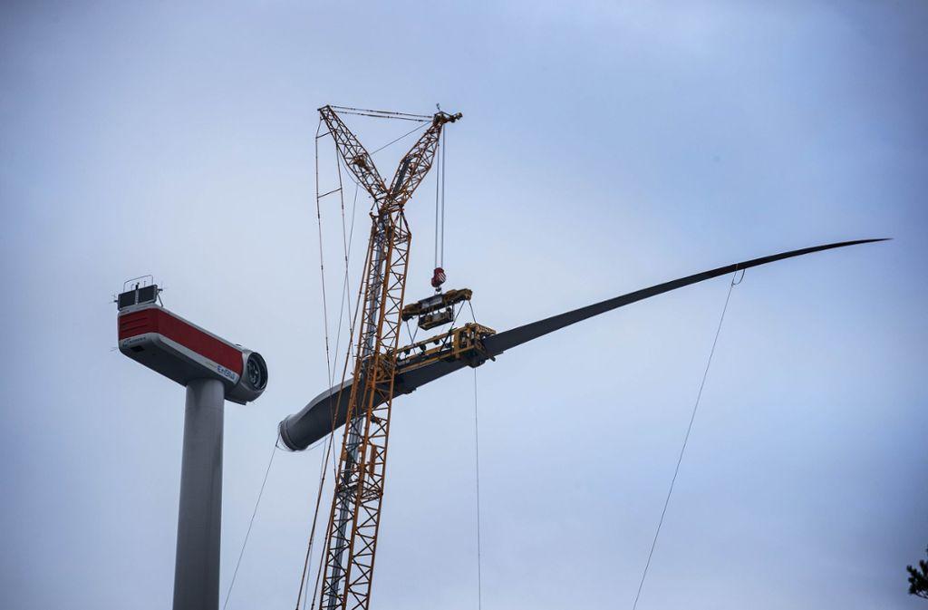 Mittlerweile sind alle Rotorblätter angebracht, bald sollen die Windräder am Goldboden in Betrieb gehen. Das hindert die BI Pro Schurwald nicht daran, ein neues Lärmgutachten zu fordern. Foto: Gottfried Stoppel