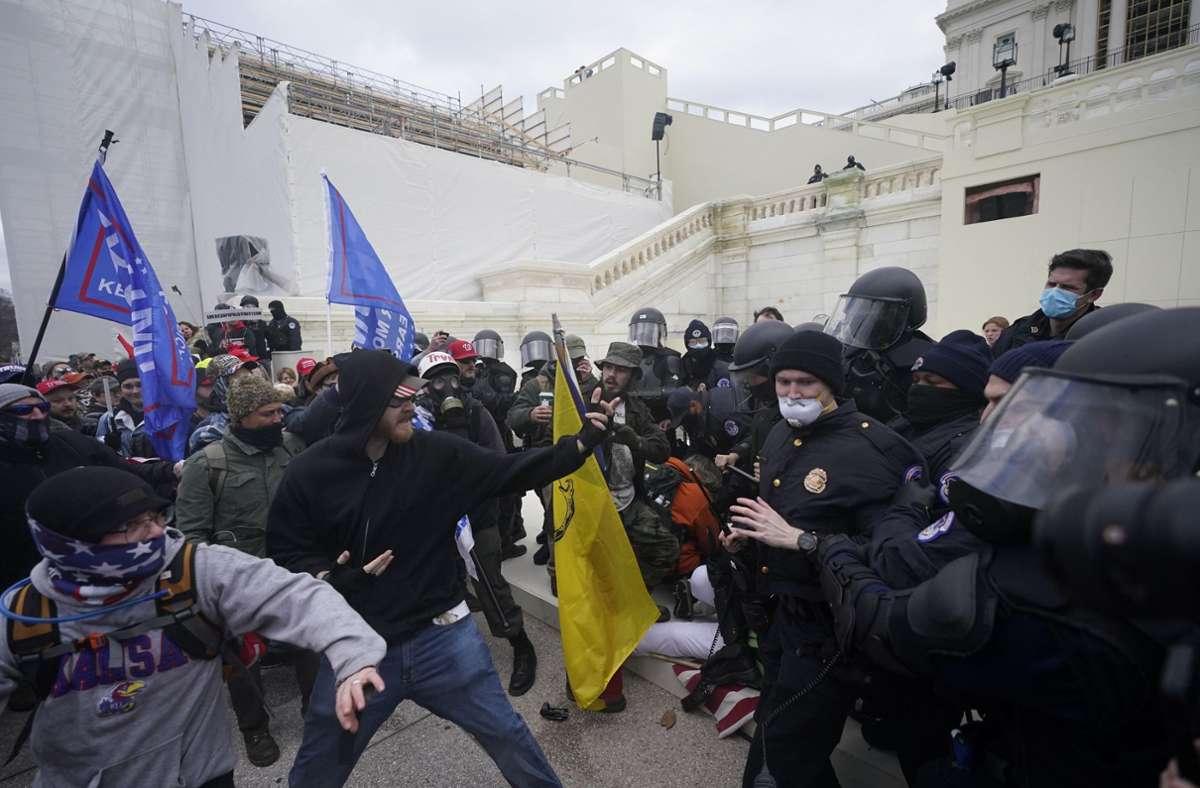 Vor dem Kapitol in Washington protestieren Anhänger von Donald Trump, Sicherheitskräfte wehren sie ab. Foto: dpa/Julio Cortez